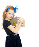 有礼物的逗人喜爱的小女孩在手中 免版税库存图片