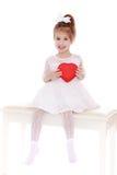 有礼物的逗人喜爱的小女孩 免版税库存图片