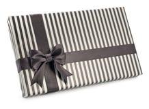 有礼物的镶边箱子栓了在白色背景的弓 库存图片