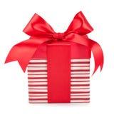 有礼物的镶边箱子栓了在白色背景的弓 免版税库存图片