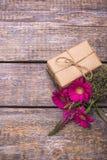 有礼物的,红色花花束一个箱子在木老背景的 免版税库存照片