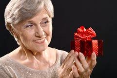 有礼物的年长妇女 库存照片