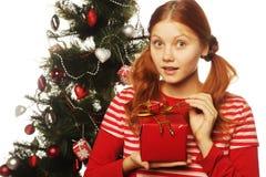有礼物盒和圣诞树的愉快的妇女 免版税库存图片