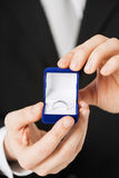 有礼物盒和婚戒的人 库存照片