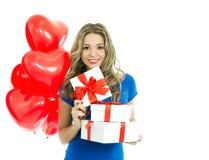 有礼物盒和心形的气球的妇女 免版税图库摄影