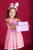 有礼物盒的兔宝宝女孩 库存照片