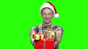 有礼物盒的十几岁的男孩xmas的 股票视频