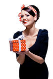 有礼物盒的华美的浅黑肤色的男人 免版税库存图片