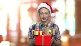 有礼物盒的圣诞节男孩 影视素材