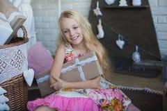 有礼物盒的女孩在手上是愉快的考虑准备的假日,包装,箱子,圣诞节,新年,生活方式, holi 免版税库存照片