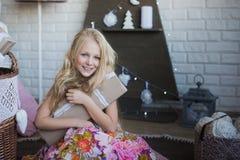 有礼物盒的女孩在手上是愉快的考虑准备的假日,包装,箱子,圣诞节,新年,生活方式, holi 库存照片