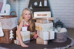 有礼物盒的女孩在手上是愉快的考虑准备的假日,包装,箱子,圣诞节,新年,生活方式, holi 免版税库存图片
