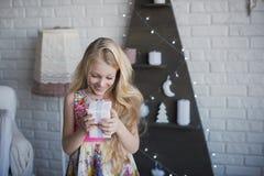 有礼物盒的女孩在手上是愉快的考虑准备的假日,包装,箱子,圣诞节,新年,生活方式, holi 免版税图库摄影