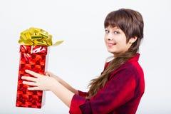 有礼物盒的女孩 免版税库存图片