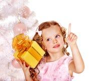 有礼物盒的子项在白色圣诞节结构树附近。 免版税图库摄影