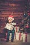 有礼物盒的小男孩 免版税库存照片
