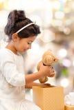 有礼物盒的微笑的小女孩 免版税图库摄影