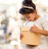 有礼物盒的微笑的小女孩 免版税库存照片