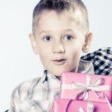 有礼物盒的惊奇小男孩 免版税库存图片