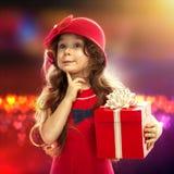 有礼物盒的愉快的儿童女孩 免版税图库摄影