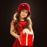 有礼物盒的愉快的儿童女孩 库存图片