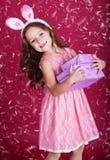 有礼物盒的愉快的兔宝宝女孩 库存图片