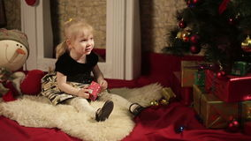 有礼物盒的愉快的小女孩 股票录像