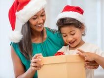 有礼物盒的愉快的母亲和儿童女孩 免版税库存图片