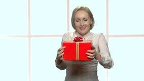 有礼物盒的愉快的激动的妇女 股票视频