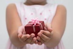 有礼物盒的手 免版税库存图片