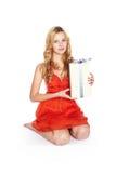 有礼物盒的美丽的白肤金发的少妇。 免版税库存照片