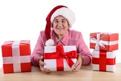 有礼物盒的老妇人 免版税库存照片
