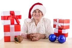有礼物盒的老妇人 免版税库存图片