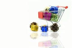 有礼物盒的购物台车有装饰的 免版税库存照片