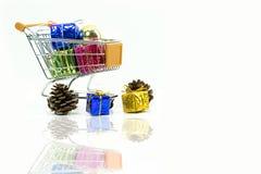 有礼物盒的购物台车有装饰的 图库摄影