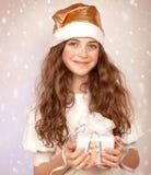 有礼物盒的逗人喜爱的女孩 免版税库存照片