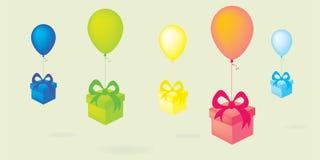 有礼物盒的飞行的五颜六色的气球 免版税库存照片