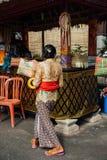 有礼仪箱子的, Ubud,巴厘岛妇女 库存照片