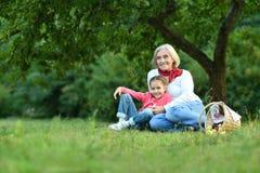 有祖母的小女孩在公园 免版税库存图片