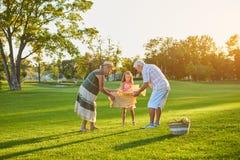 有祖父母的女孩,野餐 库存照片