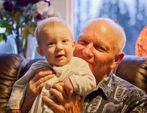 有祖父的男婴 免版税库存照片