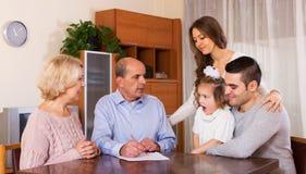 有票据的家庭成员 库存照片