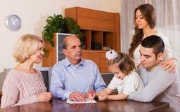 有票据的家庭成员 免版税库存图片