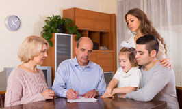 有票据的家庭成员 免版税图库摄影