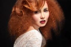 有秀丽构成和发型的肉欲的年轻女性 免版税库存照片