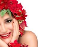 有秀丽花卉假发的快乐的圣诞节女孩。假日发型 免版税库存照片