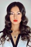有秀丽长的卷发的美丽的深色的妇女 免版税库存图片