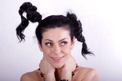 有秀丽长的卷发的美丽的深色的妇女 库存图片
