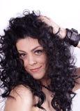 有秀丽长的卷发的美丽的深色的妇女 免版税图库摄影