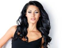 有秀丽长的头发的俏丽的妇女 免版税库存图片